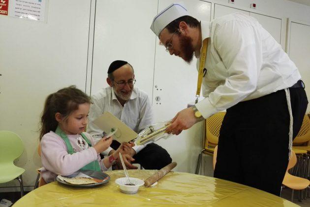 """פעילות לילדים לקראת פסח בלב חב""""ד כפר סבא"""